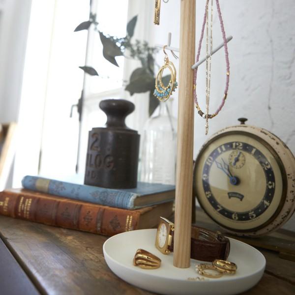 accroche collier good suspendre des colliers des cintres pour les ranger facilement dans la. Black Bedroom Furniture Sets. Home Design Ideas