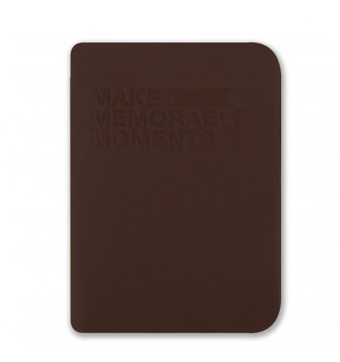 https://www.deco-et-saveurs.com/13240-jqzoom/protege-passeport-marron-alife-memorables.jpg